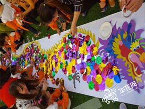 """平湖幼儿园家长与学生一起完成""""中国龙""""拼图 巫山县教委供图华龙网发"""