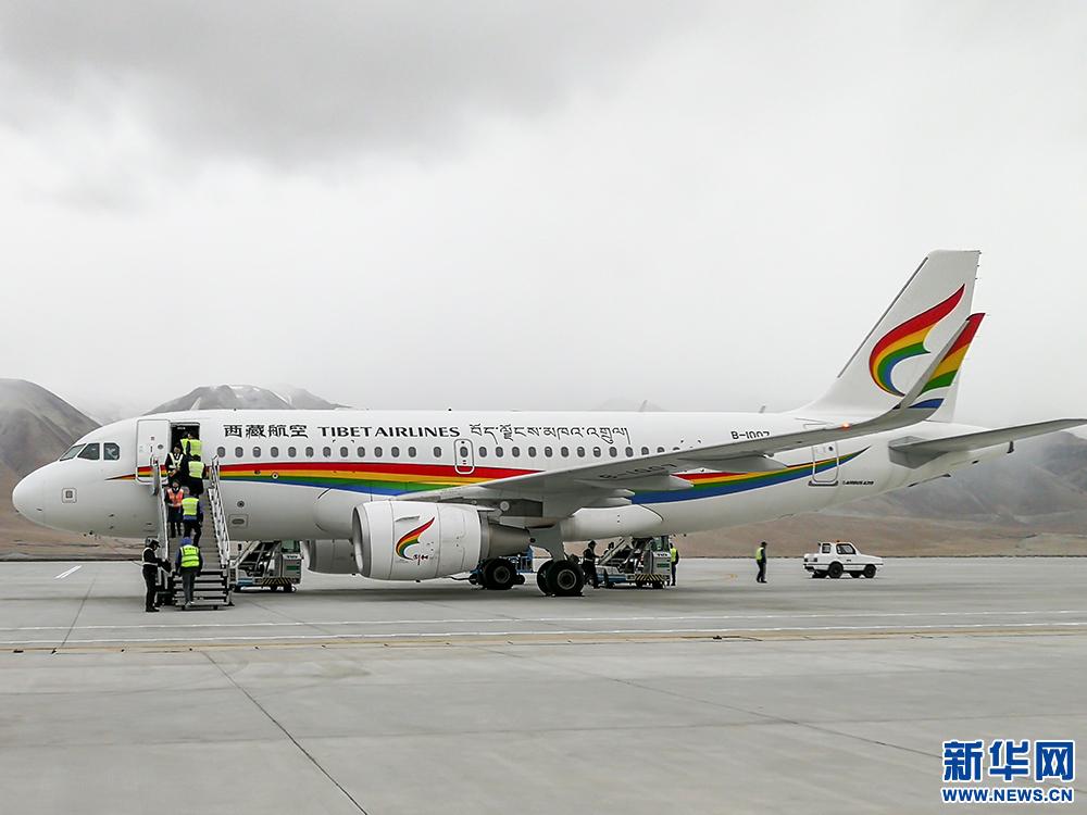 5月8日,阿里昆莎机场,西藏航空公司的飞机.新华网记者 张宸摄