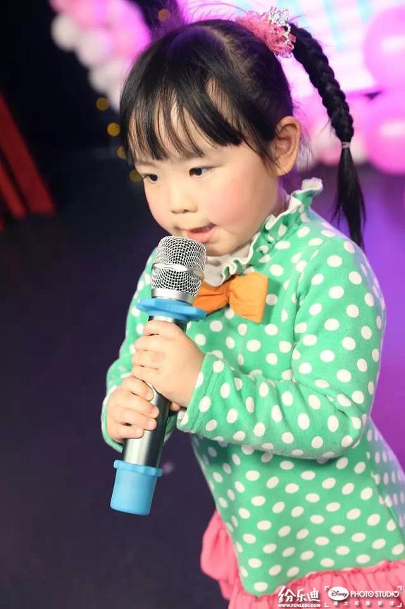 孩子们正丢开怯弱,鼓起勇气,站上迪士尼摄影馆的舞台,唱响自己的那一首歌曲! 当宝贝唱歌遇到了浪漫情人节,又会迸发出怎样的火花呢,提前告诉大家一声不要太感动哦,鲜艳玫瑰,孩子美妙的歌声。  小宝贝们站上舞台表示已经准备好了,一幅跃跃欲试的表情  这位小妹妹唱歌那么用心,大家感受到了么  台上宝贝倾情演绎,台下宝妈全程指导,亲子合作无间  这位打扮精致的小妹妹有点小紧张呢,唱得稍微拘束,一直望着妈妈:妈妈请给我力量!!  看,所有小宝贝手里都有一朵玫瑰花,猜这是拿来干嘛的  原来是送给爸爸妈妈的礼物啊!这位宝