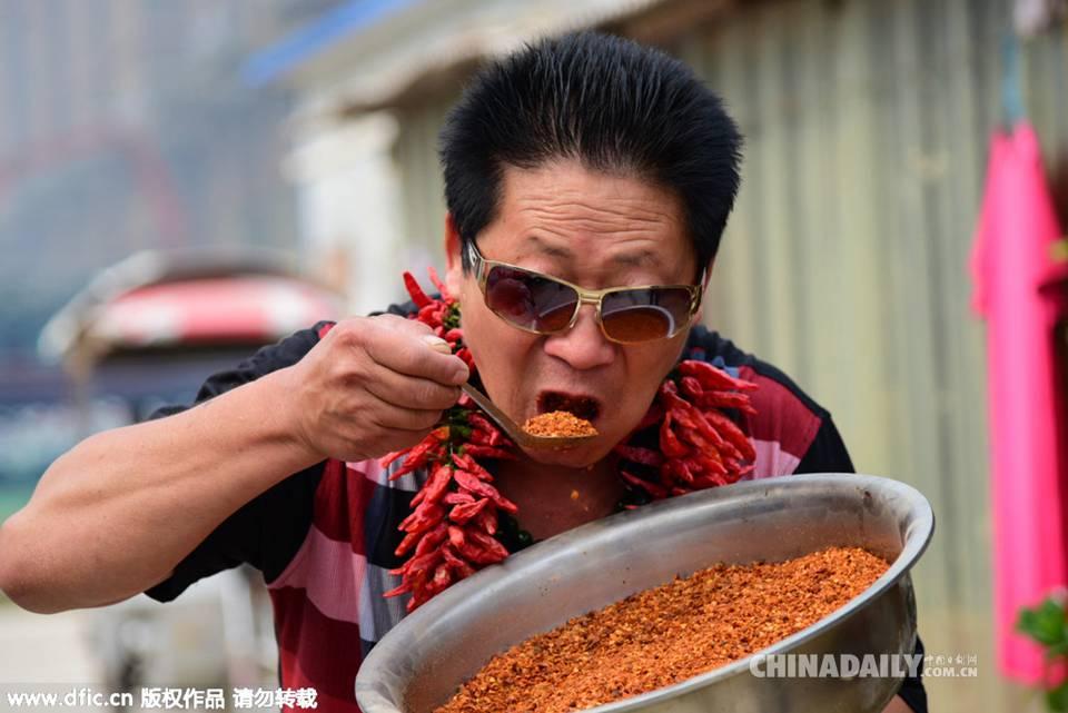 郑州男子嗜辣如命 每天吃5斤辣椒