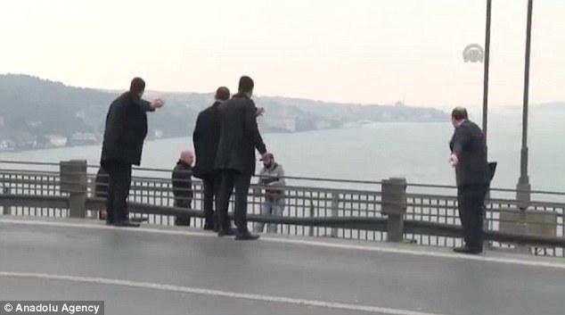 土耳其男子欲跳桥自杀 总统碰巧经过将其劝下