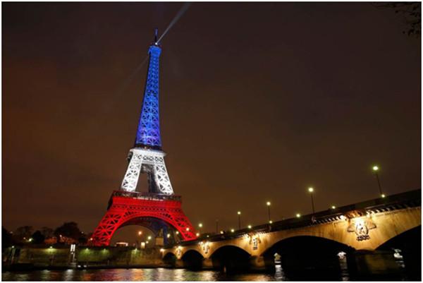 埃菲尔铁塔的熄灯与特殊灯光的照明反映了法国对恐怖主义的反抗及对遇