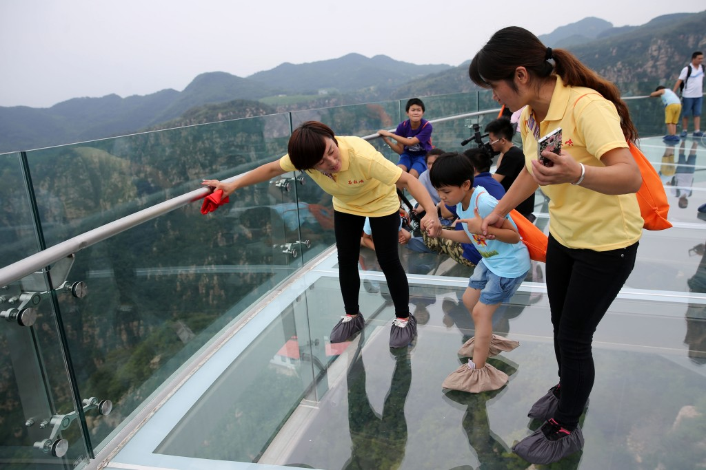 小朋友参观北京平谷石林峡景区玻璃栈道