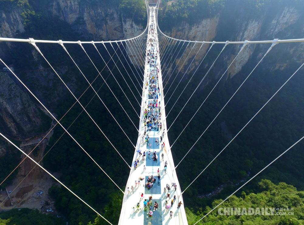 航拍张家界大峡谷玻璃桥试运行