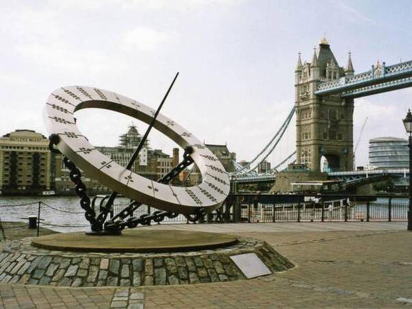 伦敦塔桥边标志性雕塑Timepiece。(图片来源:英国《独立报》)  位于上海东昌滨江绿地内的争议雕塑。(中国日报 高尔强 摄) 中国日报11月29日电(记者 王政华 高尔强)据英国《独立报》近日报道,伦敦塔桥边标志性雕塑Timepiece在上海被剽窃。29日,记者在东昌滨江绿地内找到了这座没有任何作者名称、说明和创作年代的争议雕塑,确实与温蒂泰勒在伦敦的作品高度相似。上海城市雕塑委员会专家郑佳矢表示,上海此前从未发生过山寨雕塑事件,因此维权可能有难度;但上海高度重视知识产权保护,如果确认抄袭,结果一