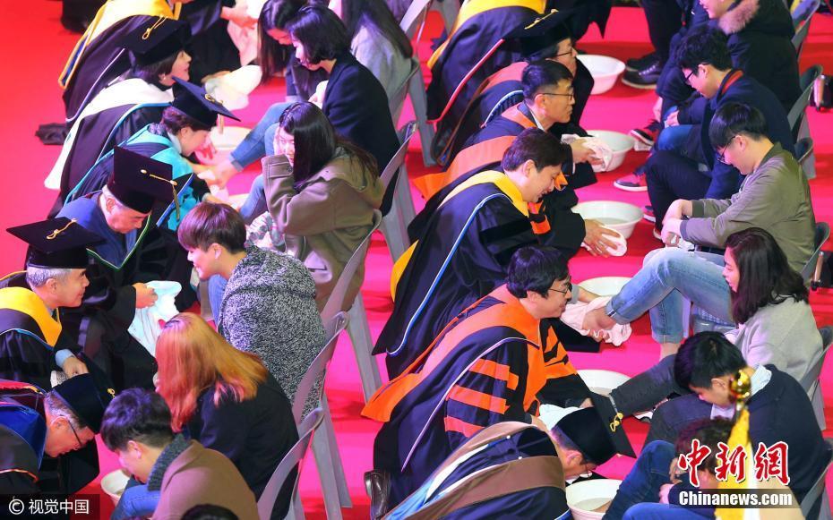 韩国教授为学生洗脚_韩国大学入学仪式:校长教授亲自为新生洗脚[3]- 中国日报网