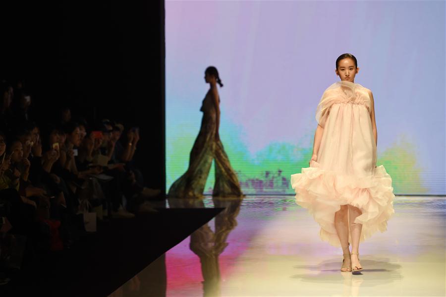 """3月14日,模特在北京服装学院""""时尚成衣""""专场秀上展示学生毕业设计"""