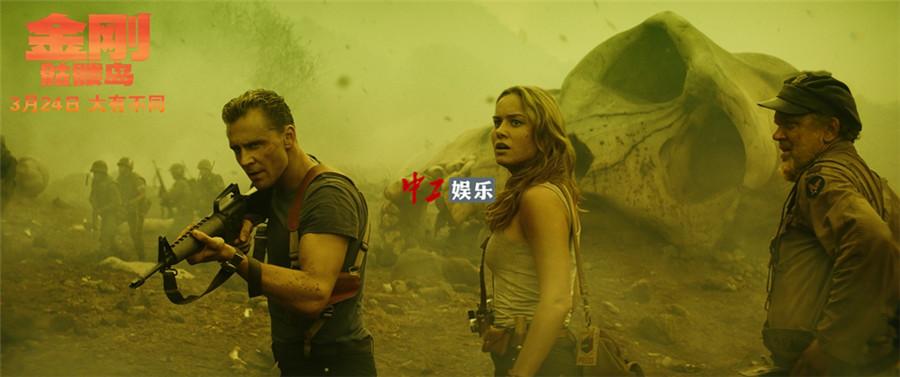 """《金刚:骷髅岛》曝光""""巅峰对决""""片段 加强版""""群兽激战""""撼动全岛"""
