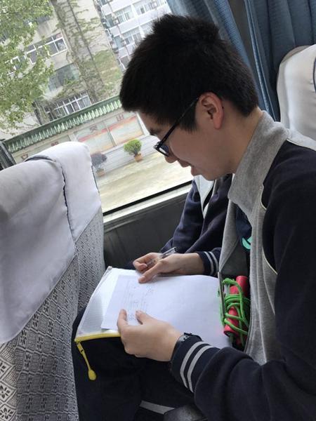 初中生仿史记列传体 用文言为全班57名同学作传