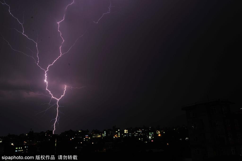 尼泊尔夜晚天空现紫色闪电 直劈天际