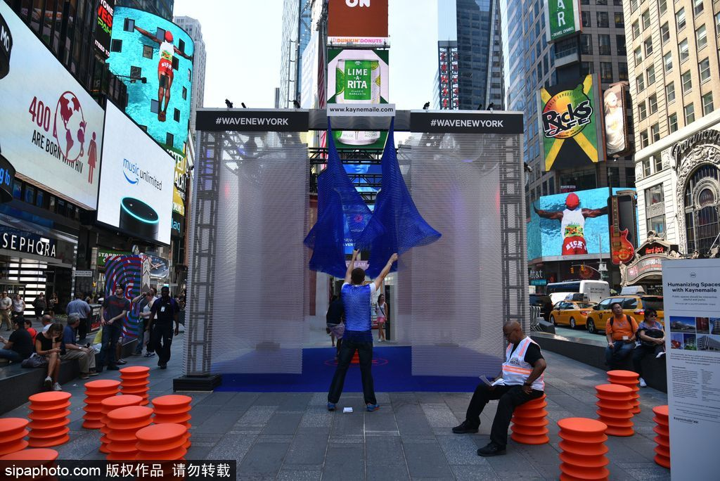 纽约时代广场变欢乐海洋 民众争先体验陀螺椅