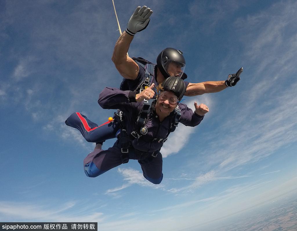 为了跳伞英国女子下决心减肥 终与75岁母亲完成梦想