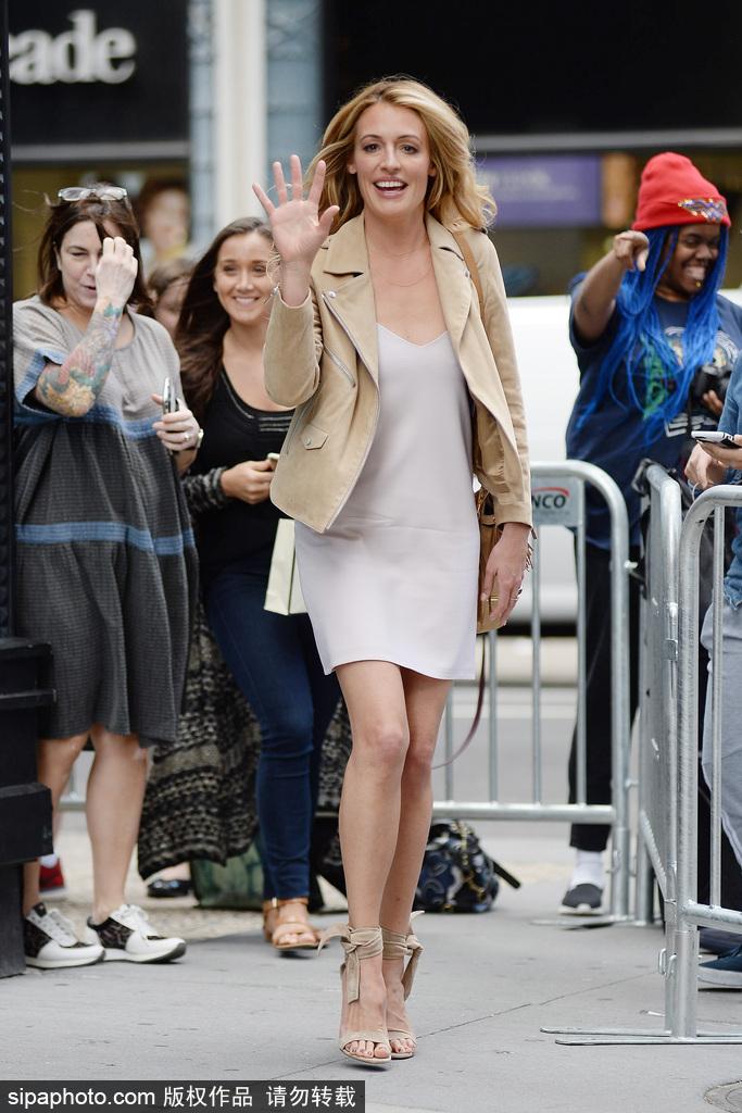 英美女主播卡特·迪莉街头OL风打扮十分优雅