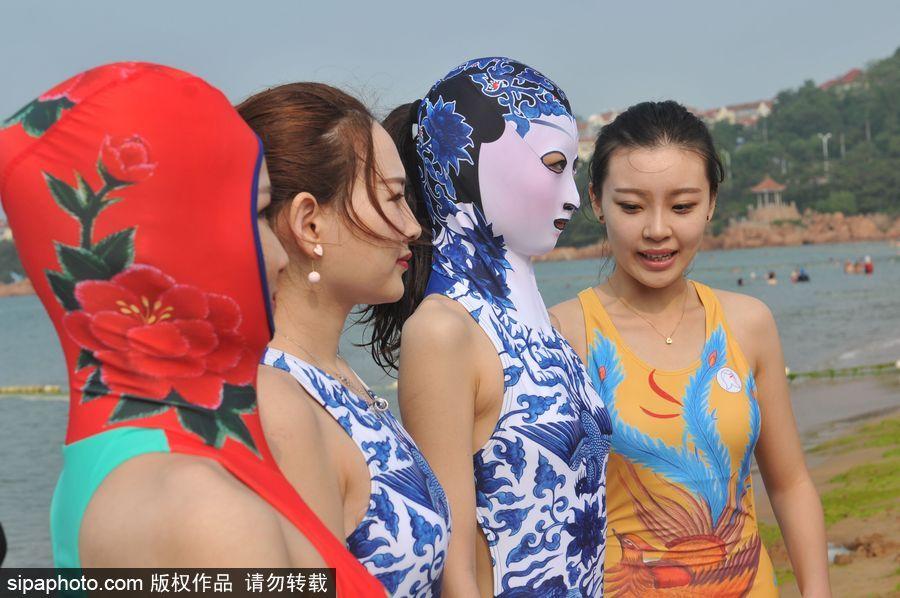 """2017年6月28日,身穿第七代""""脸基尼""""的模特在青岛市第一海水浴场盛装"""