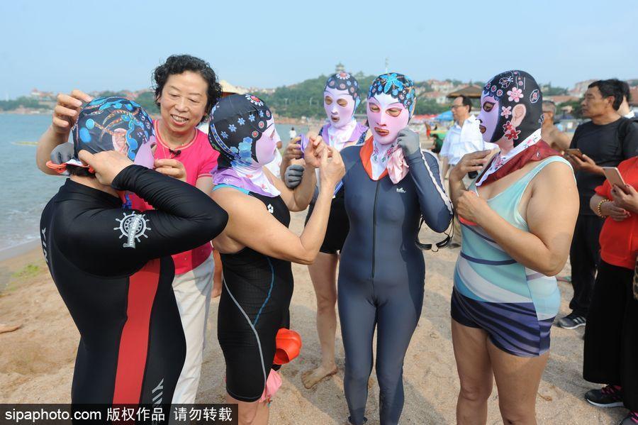 """山东青岛:青花瓷""""脸基尼""""泳衣亮相 再""""炫""""中国风"""