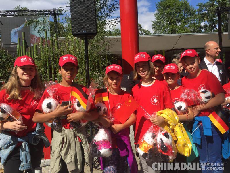 """柏林动物园熊猫""""梦梦""""""""姣庆""""将于7月6日与首批公众见面"""