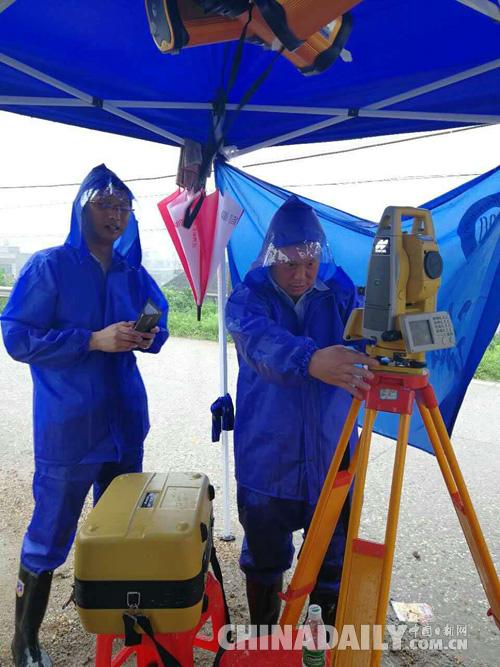 湘大师生发挥专业特长护堤巡查 高精度测量机器人成防汛利器