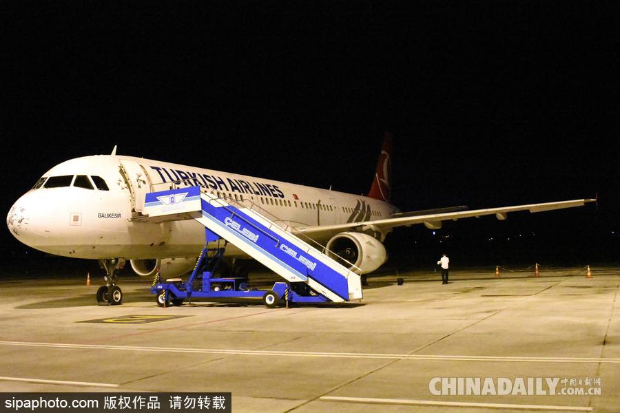 土耳其暴雨冰雹天气袭击 一架飞机受损紧急迫降