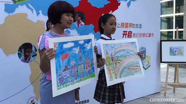 参观绘画作品后,八一学校学生代表向缅甸小朋友赠送了装有多种学习