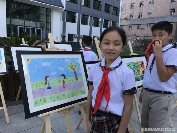 """当天,在八一学校的校园里展出了200多幅中国,老挝,缅甸小学生以""""一带"""