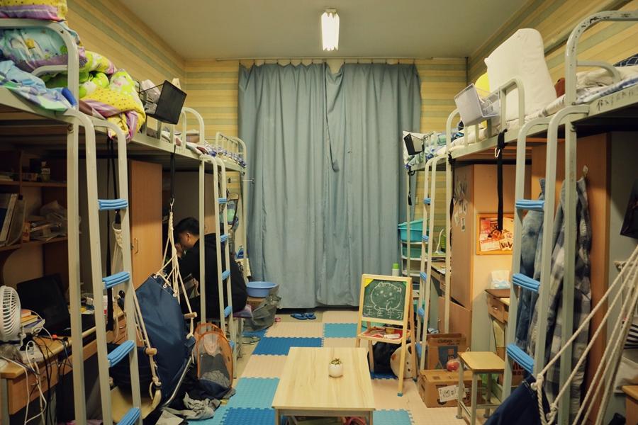 别人的宿舍!高校六男生创意改造宿舍 打造一片温馨天地