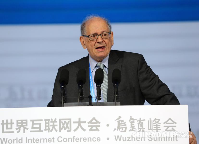 互联网之父罗伯特·卡恩在开幕式上演讲(摄影 中国日报记者 武治义)