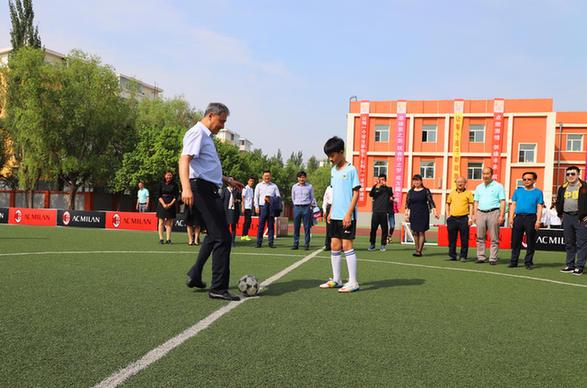 在同一块球场上,小学生,初中生和高中生们在被分割开的场地间进行着