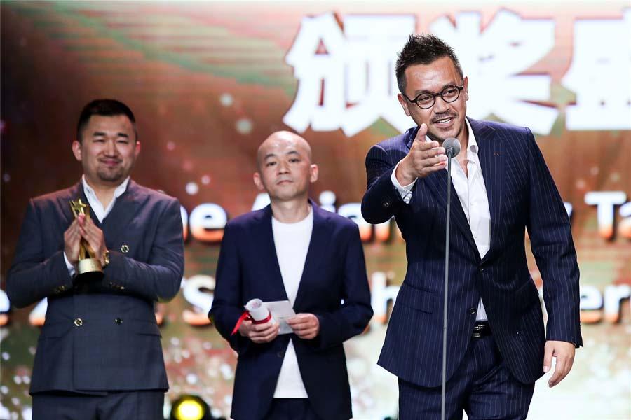 中国影片《未择之路》获本届亚新奖最佳影片。 中国日报6月23日电(记者 张坤) 22日晚,第21届上海国际电影节亚洲新人奖颁奖典礼在上海海上文化中心举行,最佳影片由中国导演唐高鹏的电影《未择之路》获得。 设立于2004年的上海国际电影节亚洲新人奖虽然年轻,却已成为亚洲范围内最具影响力的电影新人扶植平台之一。不少亚洲青年电影人从这里起步,成长为亚洲电影的中坚力量,并逐步走向世界舞台。 (编辑:潘一侨 朱婧)