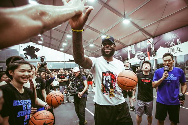 不懂时尚的NBA全明星不是好教头——勒布朗·詹姆斯中国行展示多面影响力