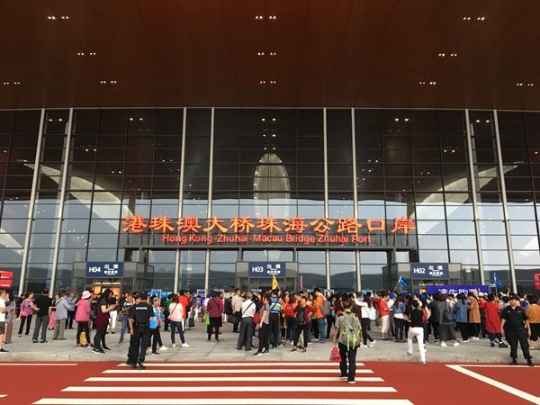 在港珠澳大桥珠海口岸,前往香港出境大厅门口的人流.(中国日报 何